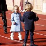 Los Príncipes Jacques y Gabriella de Mónaco divirtiéndose con un balón de rugby