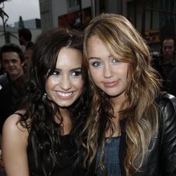 Demi Lovato y Miley Cyrus posando juntas en 2009