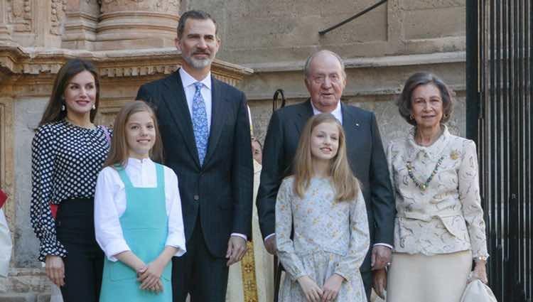 Los Reyes Felipe y Letizia junto a sus hijas Sofía y Leonor, y Don Juan Carlos y Doña Sofía en la Misa de Pascua de Palma 2018