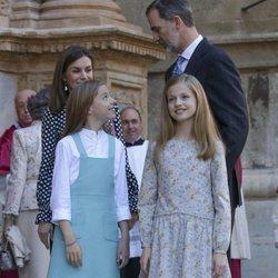 La Princesa Leonor y la Infanta Sofía junto a los Reyes Felipe VI y Letizia en la Misa de Pascua 2018