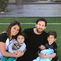 Leo Messi y Antonella Roccuzzo junto a Thiago, Mateo y Ciro