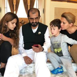 El Emir de Dubai junto a su segunda esposa, Haya de Jordania, y dos de sus hijos