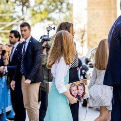 La Infanta Sofía con un puzzle con su cara y la de la Princesa Leonor en la Misa de Pascua 2018