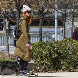 Blanca Suárez de paseo con su perro mientras practica skate