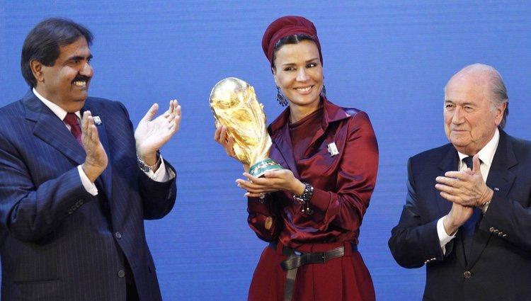 El Emir de Catar y su segunda esposa con el trofeo de la Copa Mundial de Fútbol