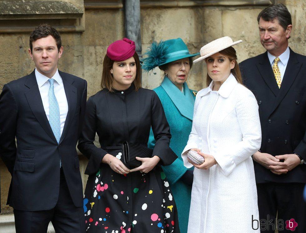 La Princesa Beatriz, la Princesa Ana, Sir Timothy Laurence, la Princesa Eugenia y Jack Brooksbank en la Misa de Pascua 2018