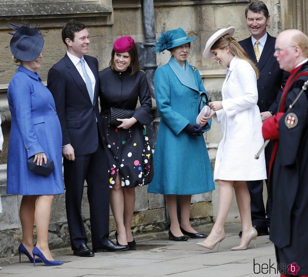 Zara Phillips luce embarazo junto a las Princesas de York, Jack Brooksbank, la Princesa Ana y Sir Timothy Laurence en la Misa de Pascua 2018