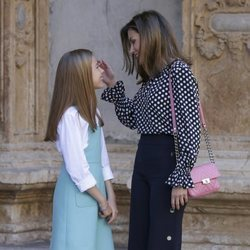 La Reina Letizia, muy cariñosa con la Infanta Sofía en la Misa de Pascua 2018