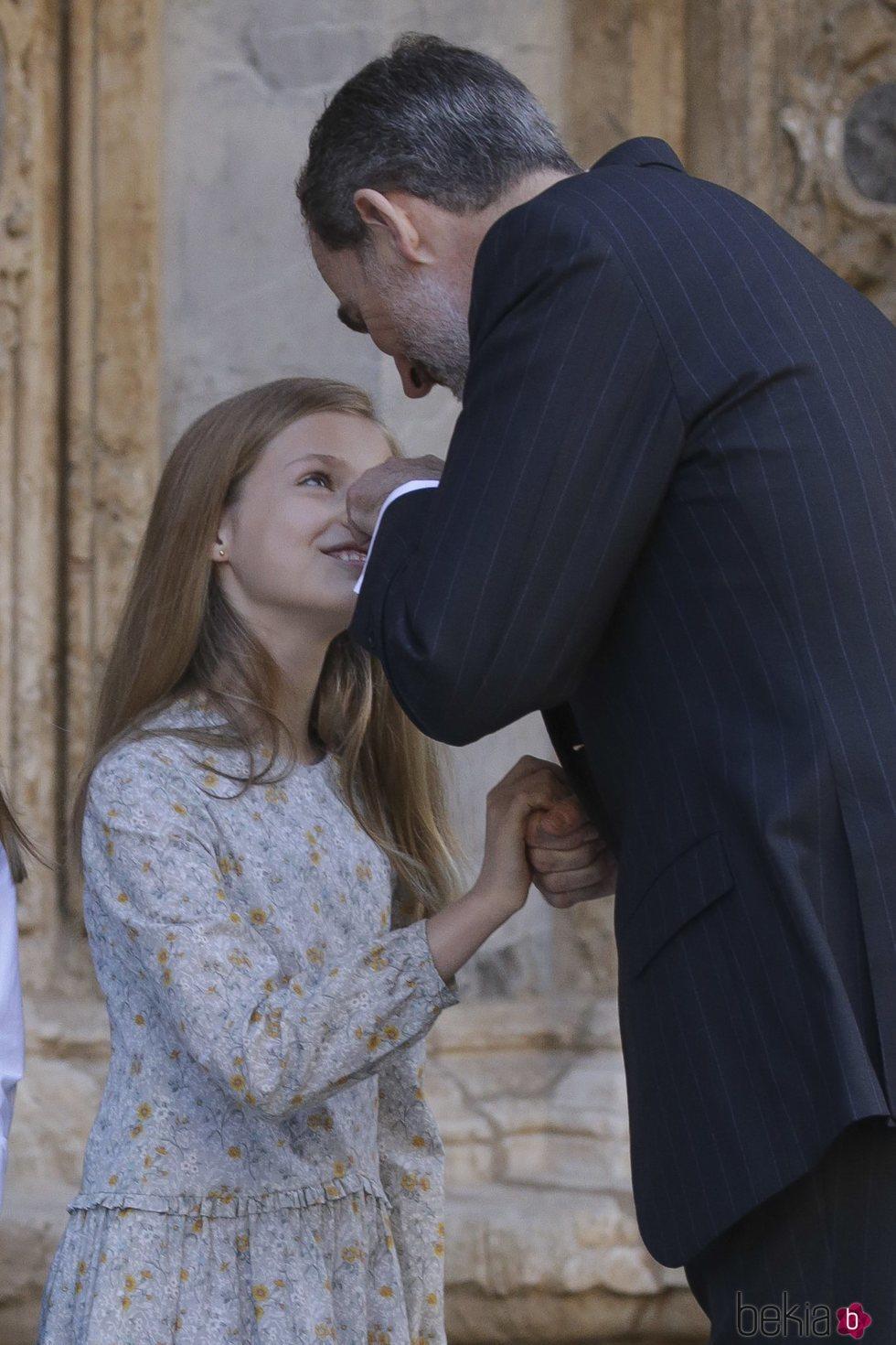 El Rey Felipe toca la nariz de la Princesa Leonor en la Misa de Pascua 2018