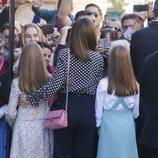 La Reina Letizia, la Princesa Leonor y la Infanta Sofía saludan a los ciudadanos en la Misa de Pascua 2018