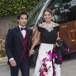 Ivonne Reyes y su hijo Alejandro en el 50 cumpleaños de la presentadora