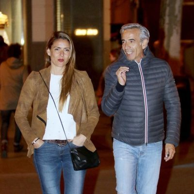 Imanol Arias e Irene Meritxell pasean por las calles de Madrid