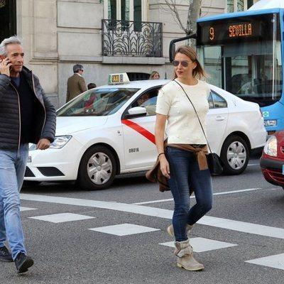 Imanol Arias e Irene Meritxell por las calles de Madrid