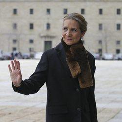 La Infanta Elena saludando a su llegada a la misa por el 25 aniversario de la muerte del Conde de Barcelona