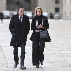 Fernando y Simoneta Gómez-Acebo en la misa por el 25 aniversario de la muerte del Conde de Barcelona