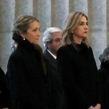 Las Infantas Elena y Cristina en la misa por el 25 aniversario de la muerte del Conde de Barcelona