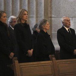 La Infanta Elena, la Infanta Cristina, Irene de Grecia, Carlos Zurita y la Infanta Margarita en la misa por el 25 aniversario de la muerte del Conde de Bar