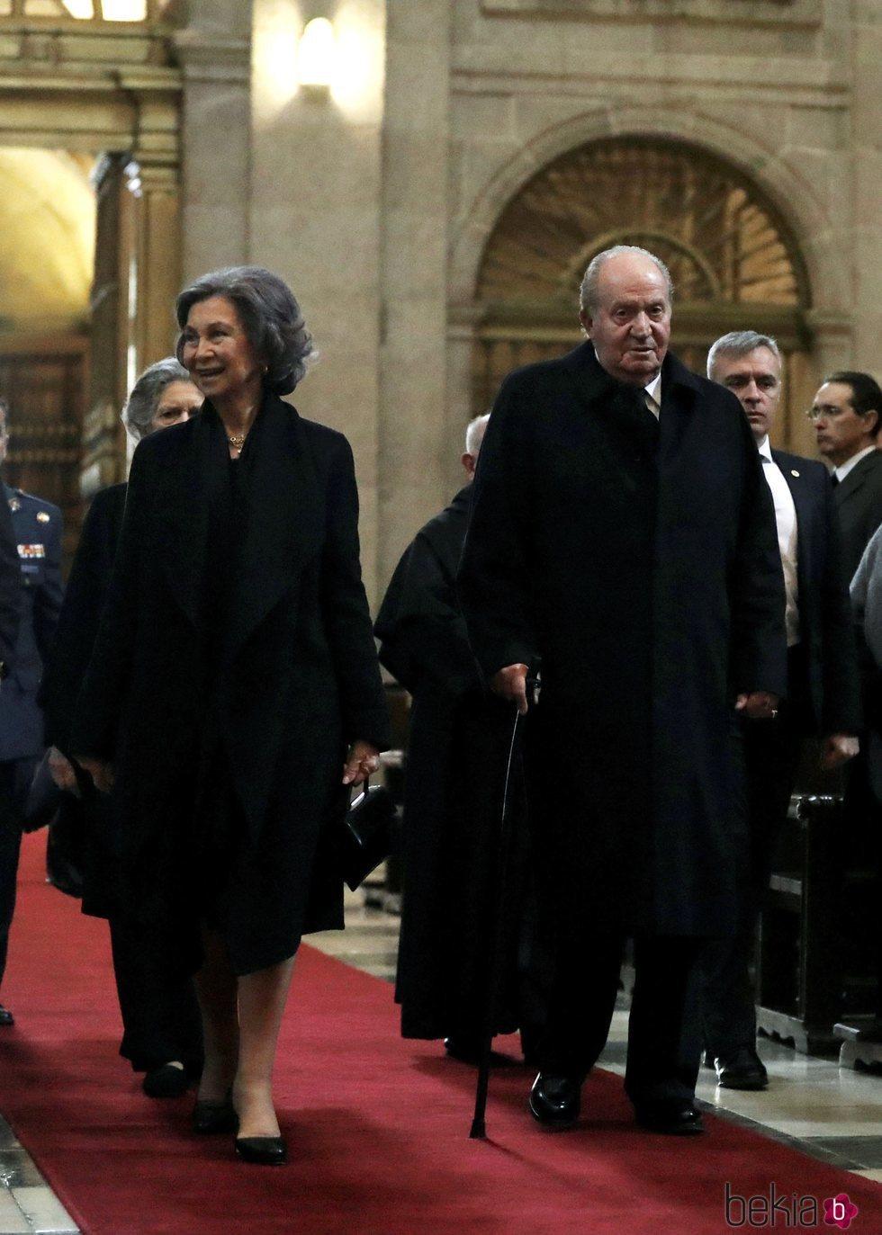 Los Reyes Juan Carlos y Sofía junto a Irene de Grecia en la misa por el 25 aniversario de la muerte del Conde de Barcelona