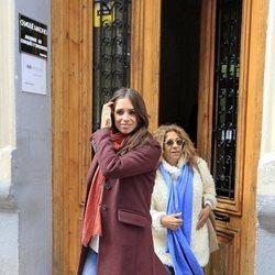 Elena Furiase y su madre Lolita saliendo del ginecólogo