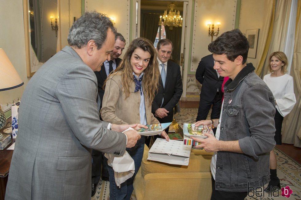 Alfred y Amaia reciben un regalo del embajador de Portugal en España