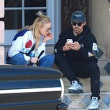 Joe Jonas y Sophie Turner sentados en unas escaleras durante un paseo por West Hollywood