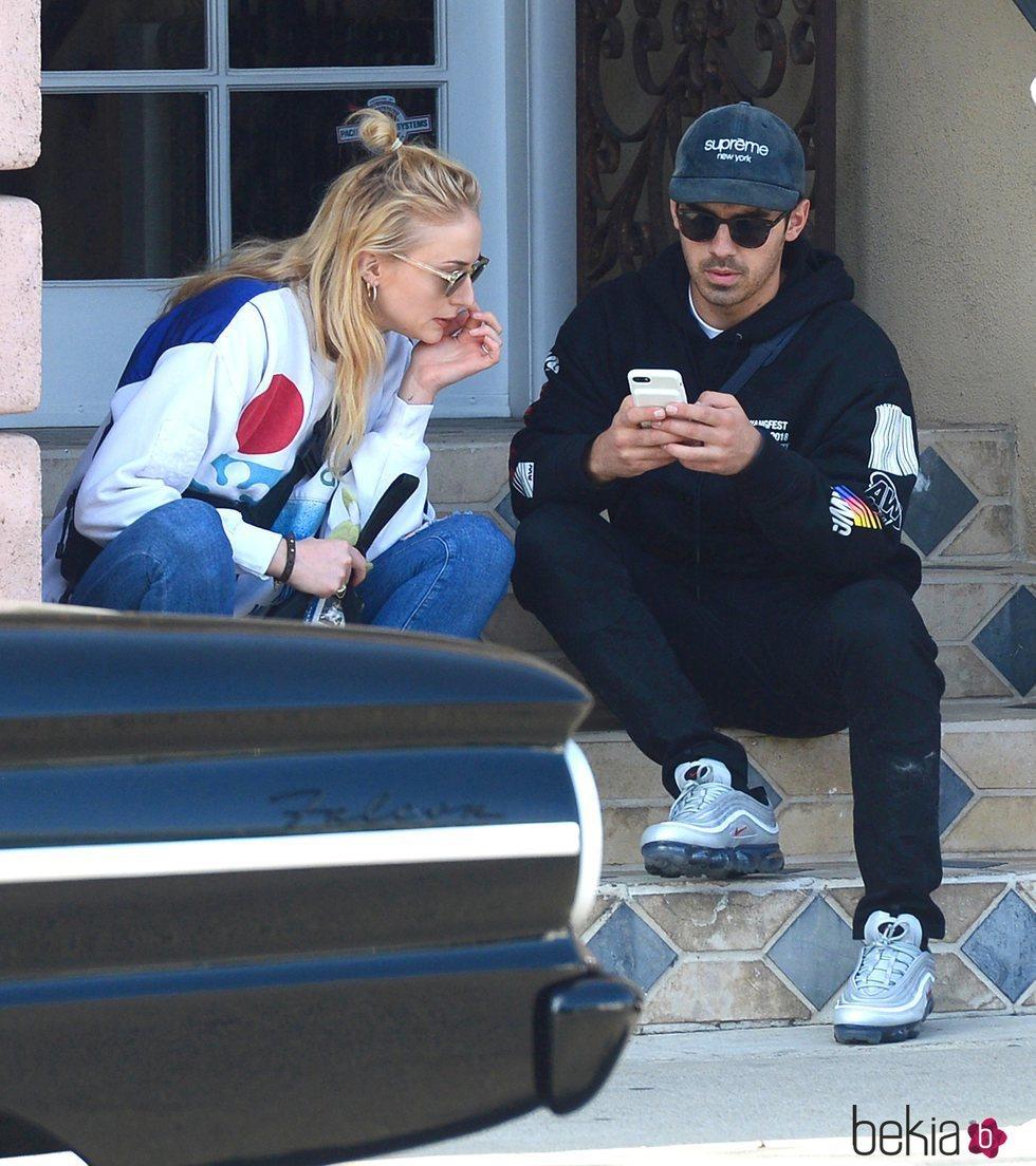 Joe Jonas y Sophie Turner sentados en unas escaleras durante un paseo por West Hollywood