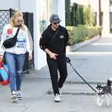 Joe Jonas y Sophie Turner paseando con su perrito por West Hollywood