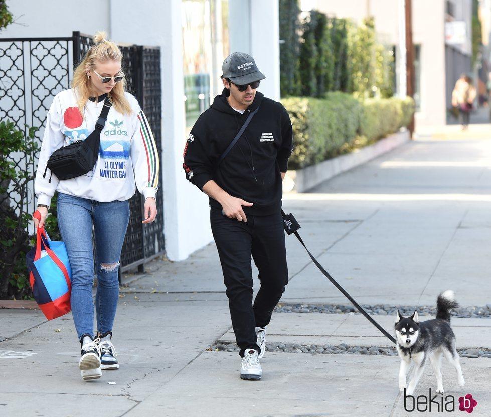 Joe Jonas y Sophie Turner paseando con su perrito por West Hollywood