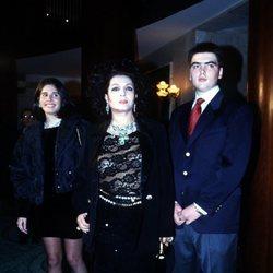 Sara Montiel junto a sus hijos Thais y Zeus Tous