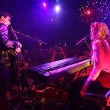 Amaia y Alfred cantando en el Café de París de Londres