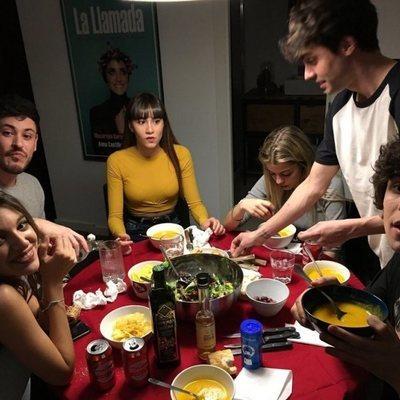 Javier Calvo y Javier Ambrossi comen en su casa con Roi, Aitana, Ana Guerra, Nerea y Cepeda