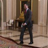 El Rey Felipe, a punto de tropezar con la alfombra en La Zarzuela