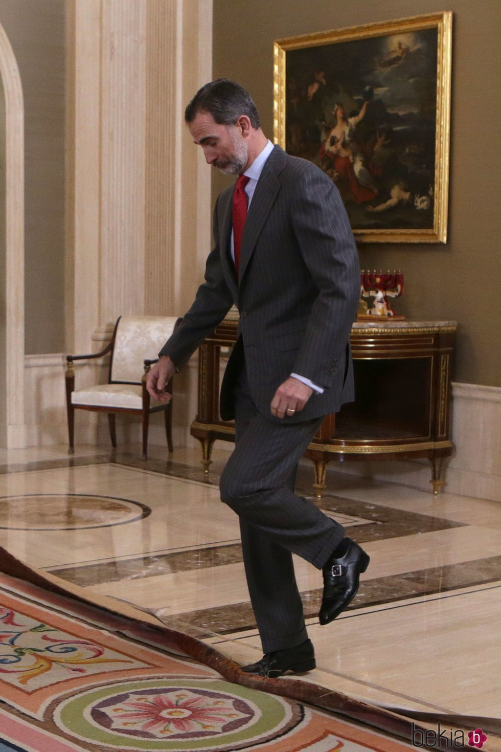 El Rey Felipe, a punto de caerse por culpa de una alfombra en La Zarzuela