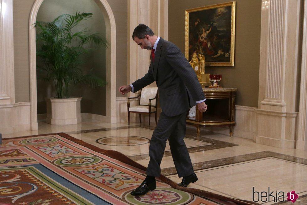 El Rey Felipe tras su tropezón con una alfombra