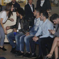 Ana Guerra a punto de hacerse una foto con los jugadores Marco Asensio y Marcelo