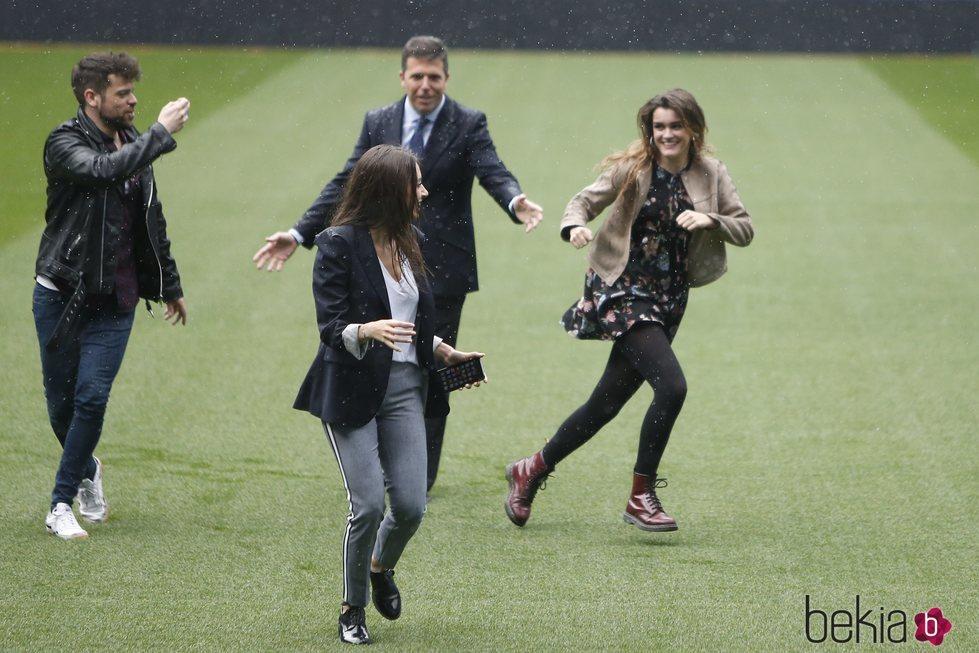 Amaia, Ricky y Ana Guerra de 'OT 2017' en el Estadio Santiago Bernabéu