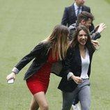 Mimi y Ana Guerra sonriendo en el estadio Santiago Bernabéu