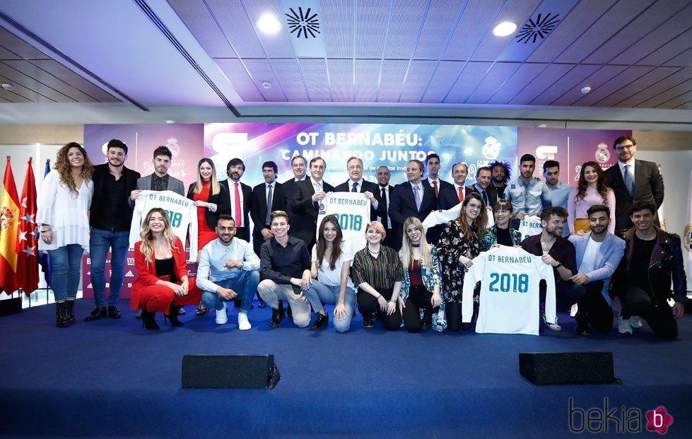 Los participantes de 'Operación triunfo 2017' en el Estadio Santiago Bernabéu presentando un concierto benéfico