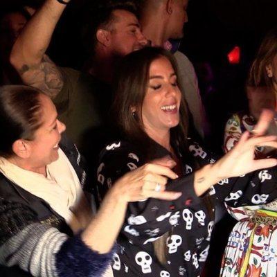 Isabel Pantoja bailando con Anabel Pantoja y Raquel Bollo en el concierto de Kiko Rivera