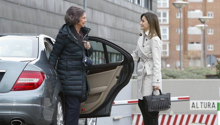 La Reina Letizia abre la puerta del coche a la Reina Sofía