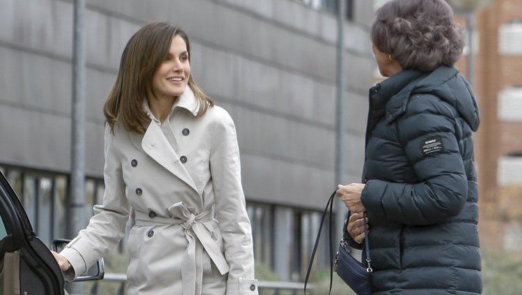 La Reina Letizia sonríe a la Reina Sofía