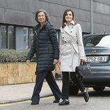 La Reina Letizia y la Reina Sofía caminan sonrientes