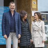 La Reina Sofía y la Reina Letizia, muy cómplices junto al Rey Felipe posando a la entrada del hospital