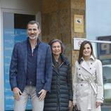 Los Reyes Felipe y Letizia posan con la Reina Sofía en la entrada del hospital