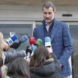 El Rey Felipe VI atiende a los medios tras su visita al hospital