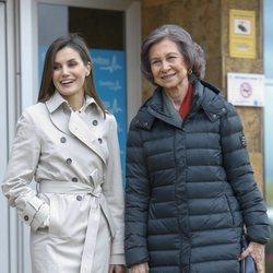 La Reina Letizia y Reina Sofía posan sonrientes