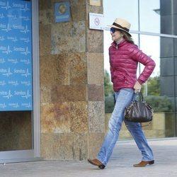 La Infanta Elena entrando a la clínica donde han operado al Rey Juan Carlos
