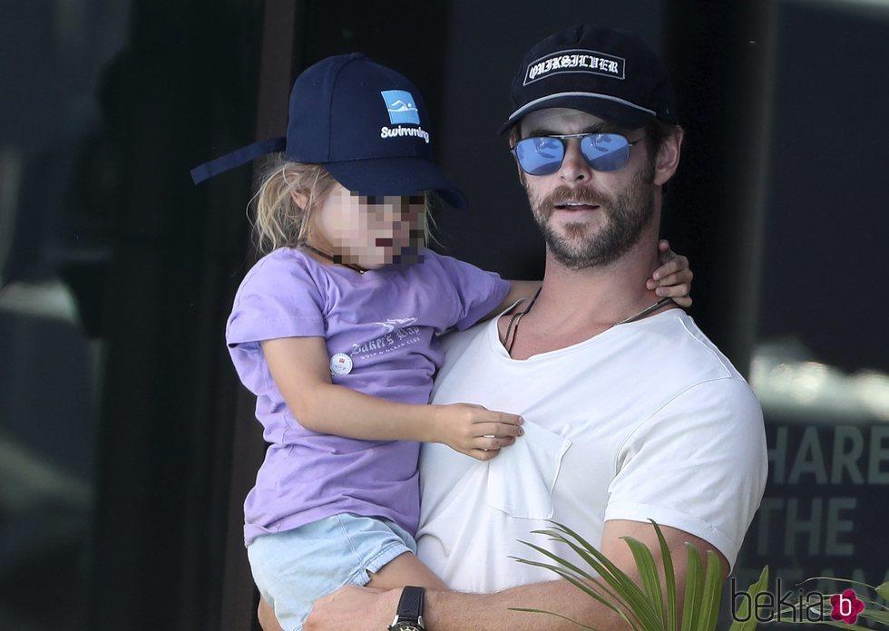 Chris Hemsworth con su hija en los Juegos de la Commonwealth 2018