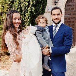 Malena Costa y Mario Suárez en el bautizo de su hijo Mario acompañados de su hija Matilda