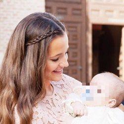 Malena Costa con su hijo Mario en brazs el día de su bautizo